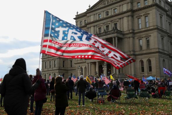 Phe ông Trump rút khiếu kiện kết quả kiểm phiếu tại Michigan - Ảnh 1.