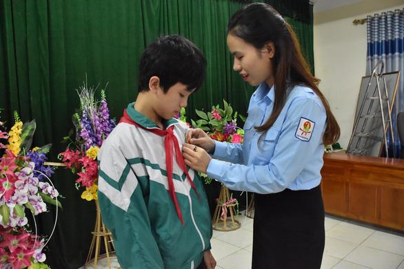 Nam sinh lớp 9 cứu hai bạn lớp 6 nhận huy hiệu Tuổi trẻ dũng cảm - Ảnh 1.