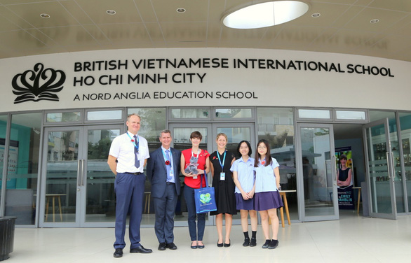 Tổng lãnh sự Vương quốc Anh ghé thăm Trường Quốc Tế Anh Việt BVIS TP.HCM - Ảnh 1.