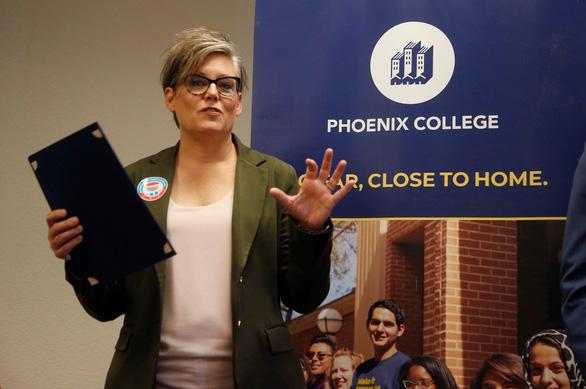 Tổng thư ký bang Arizona bị đe dọa vì kết quả bầu cử tổng thống nghiêng về ông Biden - Ảnh 1.