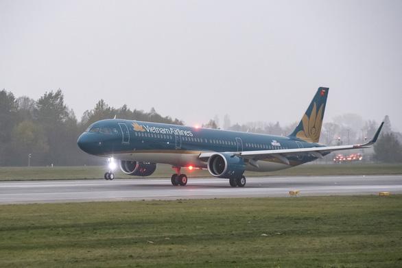 Máy bay đi Tân Sơn Nhất phải trở lại sân đỗ vì hành khách... đốt khăn giấy trên khoang - Ảnh 1.