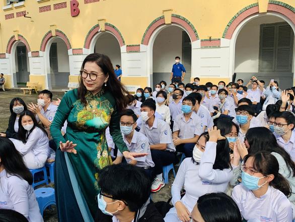 Nghệ sĩ Kim Xuân: Tôi mong muốn nam sinh mặc áo dài chào cờ đầu tuần - Ảnh 2.