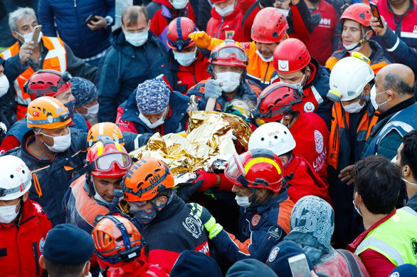 Kỳ diệu bé 3 tuổi được cứu sau 65 giờ bị động đất vùi lấp - Ảnh 1.