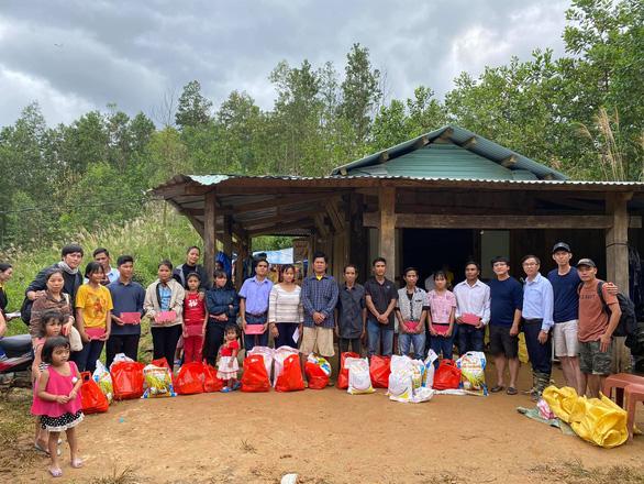 HHen Niê thăm người dân Trà Leng: Họ nói chuyện trong nước mắt - Ảnh 3.