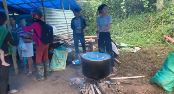 HHen Niê thăm người dân Trà Leng: Họ nói chuyện trong nước mắt - Ảnh 2.