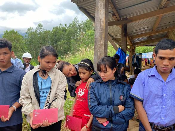 HHen Niê thăm người dân Trà Leng: Họ nói chuyện trong nước mắt - Ảnh 1.
