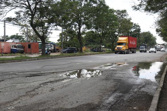 Khẩn trương sửa chữa toàn bộ ổ gà, ổ voi trên đại lộ Nguyễn Văn Linh - Ảnh 1.