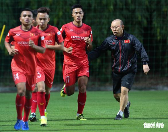 Cày ải ở V-League, cầu thủ U22 Việt Nam gặp khó trong ngày đầu tập luyện - Ảnh 4.