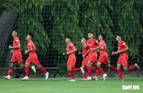 Cày ải ở V-League, cầu thủ U22 Việt Nam gặp khó trong ngày đầu tập luyện - Ảnh 3.