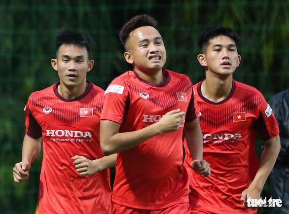 Cày ải ở V-League, cầu thủ U22 Việt Nam gặp khó trong ngày đầu tập luyện - Ảnh 5.