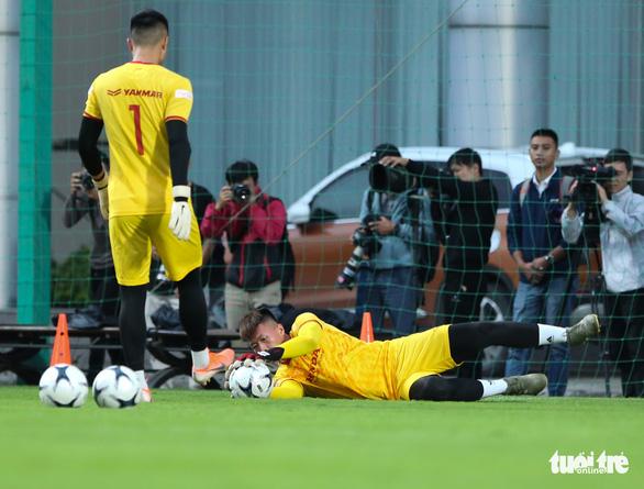 Cày ải ở V-League, cầu thủ U22 Việt Nam gặp khó trong ngày đầu tập luyện - Ảnh 6.