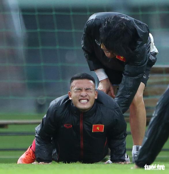 Cày ải ở V-League, cầu thủ U22 Việt Nam gặp khó trong ngày đầu tập luyện - Ảnh 2.