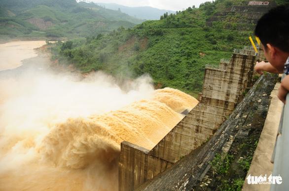 Xả lũ khiến nhà dân tan hoang, thủy điện Đắk Mi 4 phải chịu trách nhiệm - Ảnh 1.