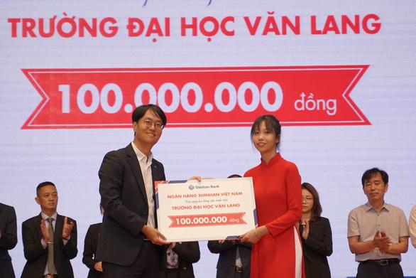 Đại học Văn Lang trao 10 tỷ đồng học bổng cho tân sinh viên trong lễ khai giảng năm 2020 - Ảnh 3.