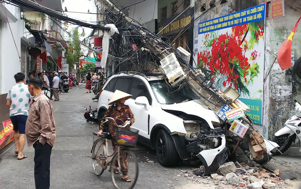 Chạy ôtô trong ngõ đâm vào xe máy rồi húc đổ cột điện gây mất điện - Ảnh 1.