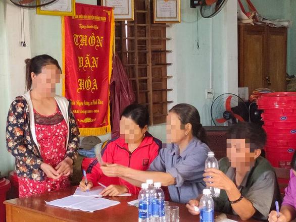 Lao vào tát trưởng thôn vì phát nhầm phiếu nhận quà do ca sĩ Thủy Tiên đi trao - Ảnh 1.