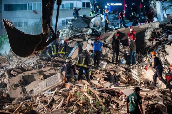 Thổ Nhĩ Kỳ cứu sống cụ ông 70 tuổi sau 33 giờ mắc kẹt vì động đất - Ảnh 1.