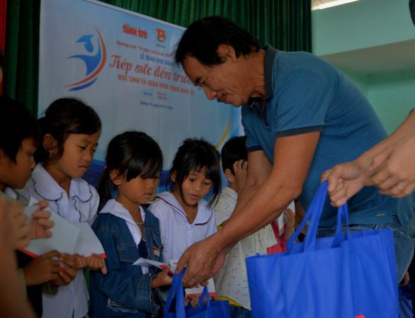 Mang quà tặng của bạn đọc đến với học sinh và giáo viên vùng lũ Quảng Trị - Ảnh 5.