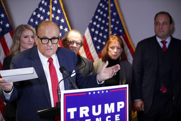 Nhóm pháp lý của ông Trump thua 3 vụ kiện ở 3 tiểu bang trong cùng ngày - Ảnh 1.