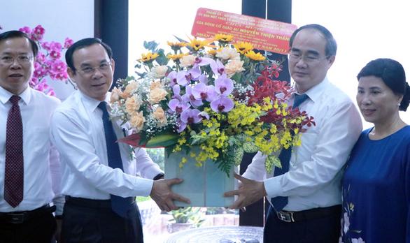 Bí thư Nguyễn Văn Nên thăm gia đình cố giáo sư Nguyễn Thiện Thành nhân ngày 20-11 - Ảnh 1.