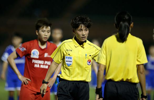 Trọng tài nữ FIFA bẻ còi ở Giải bóng đá nữ VĐQG 2020 - Ảnh 4.