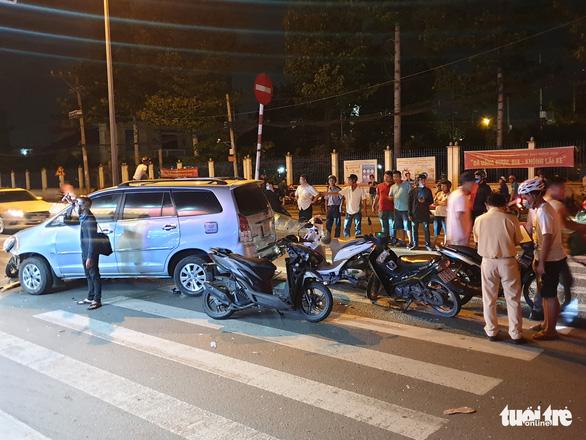 Vụ xe 7 chỗ tông 10 xe máy, 13 người bị thương: Tài xế khai do thiếu quan sát - Ảnh 1.