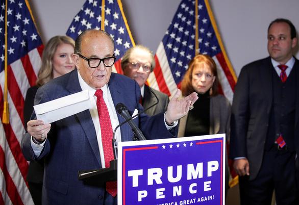 Họp báo đẫm mồ hôi, luật sư của ông Trump nói có nhiều đường dẫn tới chiến thắng - Ảnh 1.