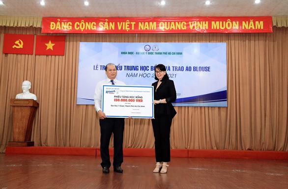 Công ty Rohto-Mentholatum (Việt Nam) trao nhiều học bổng vì cộng đồng - Ảnh 2.
