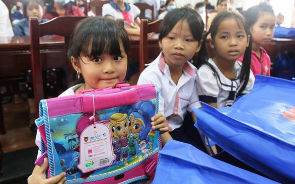 Chương trình tiếp sức giáo viên, học sinh vùng lũ: Những món quà ân tình ngày 20-11 - Ảnh 1.