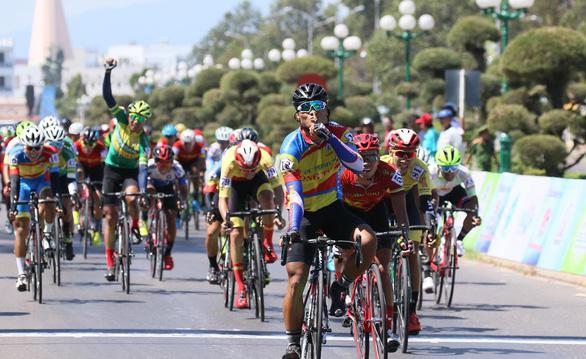 38 tay đua không hoàn thành ngay chặng đầu giải đua Nam Kỳ khởi nghĩa - Ảnh 3.