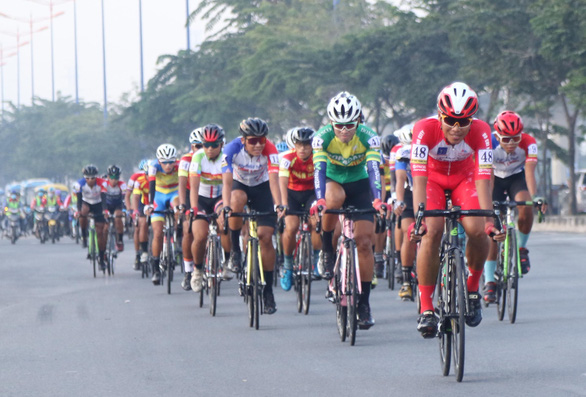 38 tay đua không hoàn thành ngay chặng đầu giải đua Nam Kỳ khởi nghĩa - Ảnh 1.