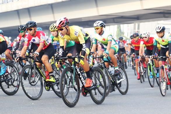 38 tay đua không hoàn thành ngay chặng đầu giải đua Nam Kỳ khởi nghĩa - Ảnh 2.