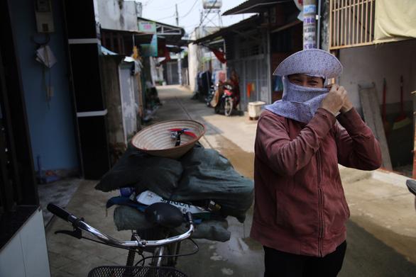 Bà ve chai ở Hóc Môn: Thấy dây chuyền, cà rá, tui tìm người trả lại vì đâu phải của mình - Ảnh 1.