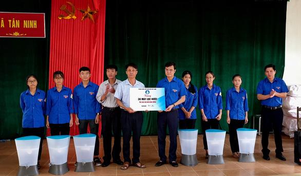 Trung ương Đoàn tặng 100 máy lọc nước cho người dân vùng lũ Quảng Bình - Ảnh 1.