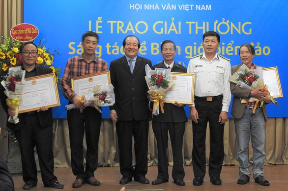 'Mình và họ' của Nguyễn Bình Phương được trao giải nhất, ông Hữu Thỉnh từ chối giải thưởng - Ảnh 1.