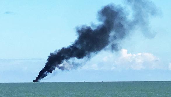 Tàu chở khách từ Cù Lao Chàm bốc cháy giữa biển, 19 người thoát nạn - Ảnh 2.