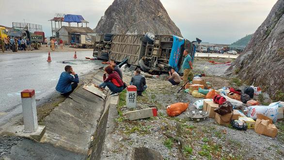 Lật xe giường nằm trên quốc lộ, 2 người chết, 10 người bị thương - Ảnh 1.