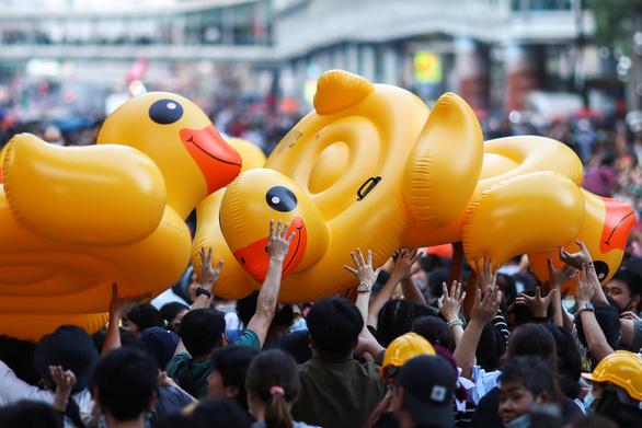 Biểu tình Thái Lan hay lễ hội hóa trang? - Ảnh 4.
