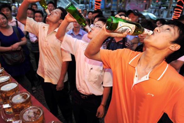 WHO cảnh báo không nên uống rượu để giết virus corona - Ảnh 1.