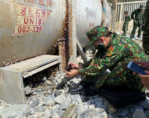 Vật thể lạ có chữ Trung Quốc dạt vào bờ biển Quảng Ngãi không liên quan đến quốc phòng - Ảnh 1.