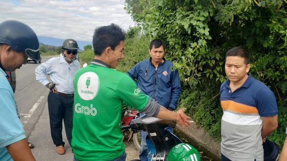 Tài xế Grab bike suýt mất mạng khi bị tên cướp kề dao khống chế - Ảnh 1.