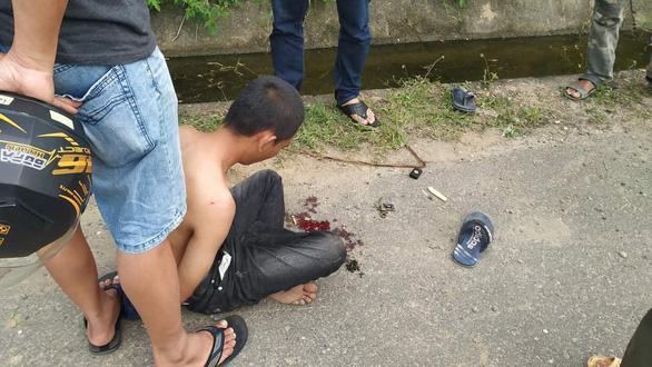 Tài xế Grab bike suýt mất mạng khi bị tên cướp kề dao khống chế - Ảnh 2.