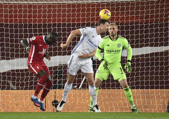 Johnny Evans đốt lưới nhà, Liverpool thắng dễ Leicester City - Ảnh 2.