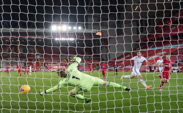 Johnny Evans đốt lưới nhà, Liverpool thắng dễ Leicester City - Ảnh 3.
