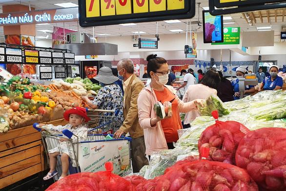Người Sài Gòn tranh thủ ngày đầu tuần đi siêu thị mua hàng khuyến mãi - Ảnh 1.