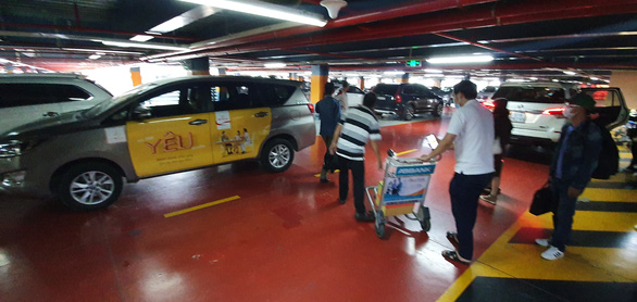 Phân làn xe ở Tân Sơn Nhất: lắp thêm 2 thang máy cho khách đón xe công nghệ - Ảnh 2.