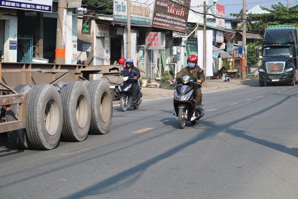 Tiếp tục cấm xe tải đi đường Nguyễn Duy Trinh, quận 9 vào buổi trưa - Ảnh 1.