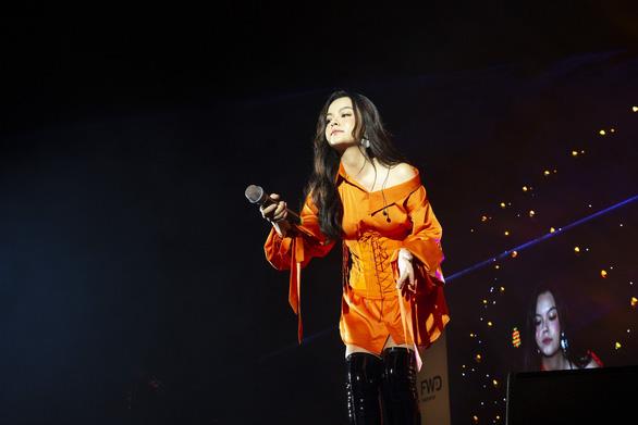 Tóc Tiên, Jack, Karik, Dế Choắt… 'bùng cháy' trong đêm nhạc FWD Music Tour - Ảnh 3.