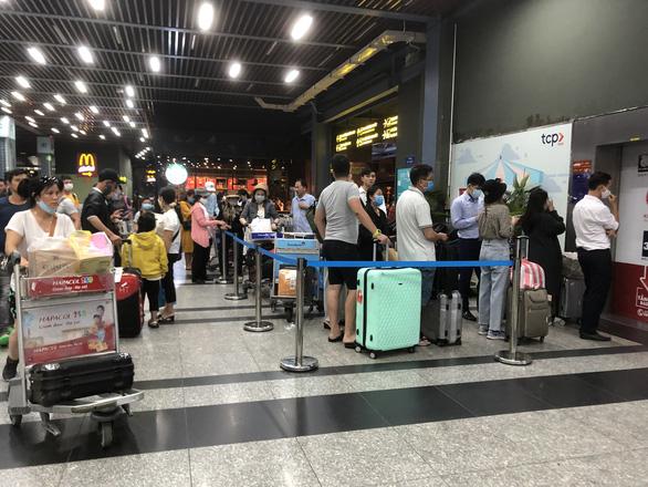 Phân làn xe ở Tân Sơn Nhất: lắp thêm 2 thang máy cho khách đón xe công nghệ - Ảnh 1.