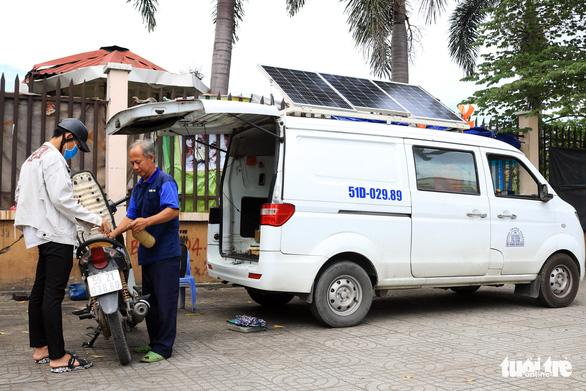 Ôtô 'rađa' cho sạc pin miễn phí kiêm xe cấp cứu cho người đi đường - Ảnh 1.